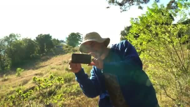 Paparazzi-Fotografen machen Handyfotos und verstecken sich draußen in Bäumen