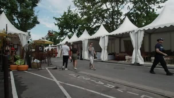 Srpna 2018. Lidé chodí před stánky na trhu starožitností, to se koná každoročně v srpnu a zabírá celou oblast historického města. Srpna 2018 v Provence