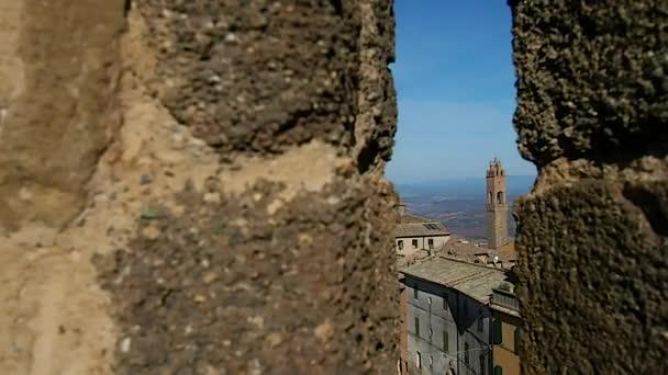 Ledna 2019. Pohled z Montalcina z mezeru v pevnosti. Palazzo dei Priori, Civic a diecézní muzeum a krajiny Chianti lze zahlédnout. Ledna 2019 v Sieně