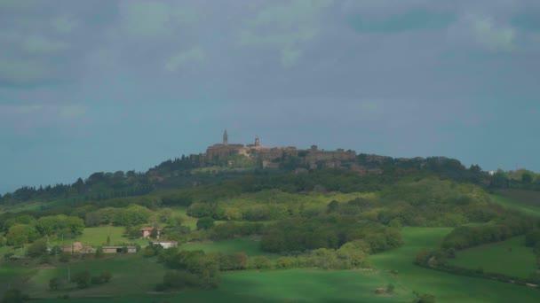 montalcino thront auf seinem hügel, siena.
