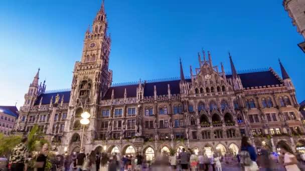 Zeitraffer des neuen rathaus bei Sonnenuntergang. München