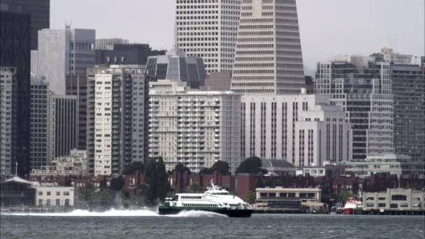 Těsné statický snímek na San Francisco z centra přes záliv.