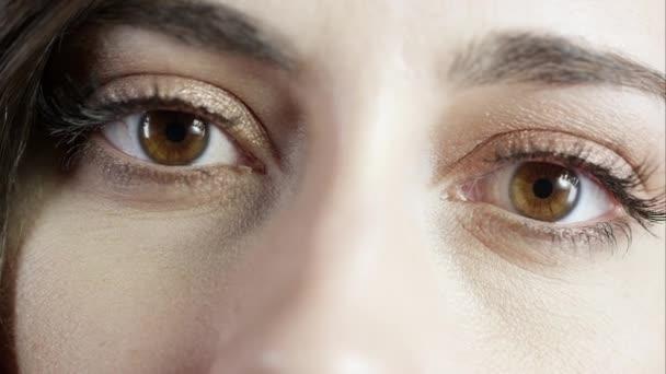 Zblízka pohled na ženské oči pod studiovým osvětlením