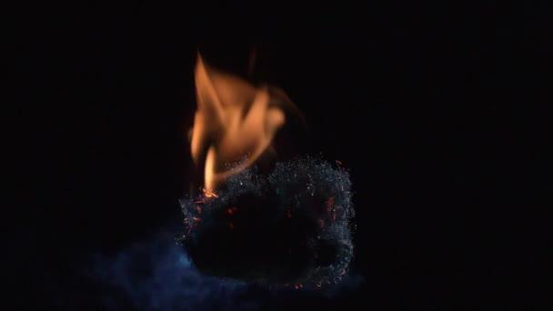 Pomalý pohyb ohně na ocelovou vlnu.