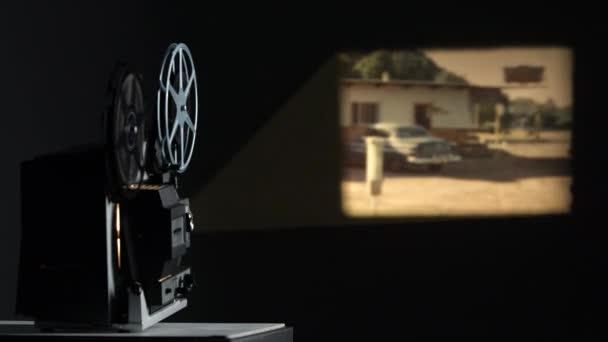 Film an Wand projiziert, der alte Autos und Motels aus den 1960er Jahren zeigt.