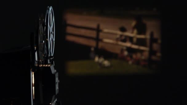 Ansicht des Filmprojektors, der alten Farbfilm an der Wand abspielt, mit Projektor im Fokus.