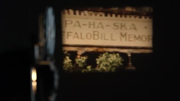 Blick auf alte Filmvorführungen an der Wand vorbei am Projektor des Pahaska-Tipis in Wyoming.