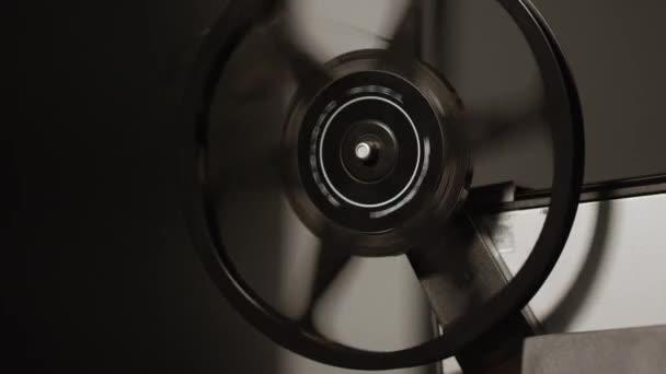 Projektorspule dreht sich, da Film nach dem Abspielen des Films lose ist.