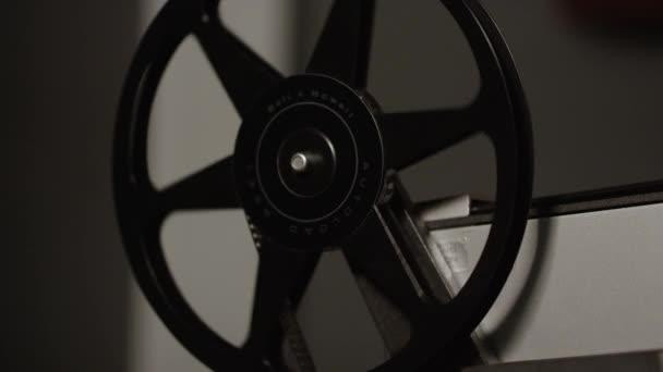 Ansicht der alten Filmrolle, die sich am Projektor dreht, während sie den Film aufwickelt.
