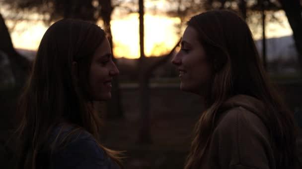 Két ikertestvére beszél a szabadban
