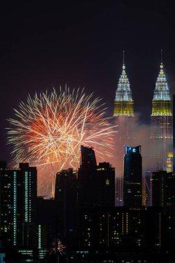 Kuala Lumpur, Malezya 'da yeni yıl kutlamaları sırasında şehir merkezinde havai fişekler patladı.