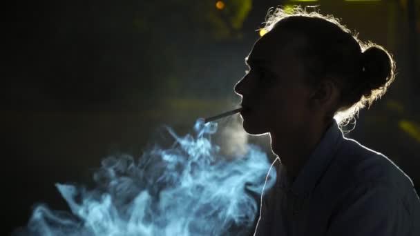 blond kouření videa