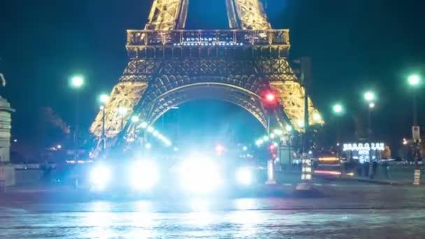 Paris, Franciaország - 2017. November 3.: Magic timelapse-Eiffel-torony megvilágított plazma lámpával racing kék autó fényszórói ragyogó őszi sötét éjszaka.