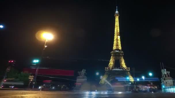 Paříž, Francie – 3. listopadu 2017: Extralong timelapse pohled na Eiffelovu věž osvětlená s zlaté světlo s jednou kolo plazma koule letící v okolí v Paříži v noci