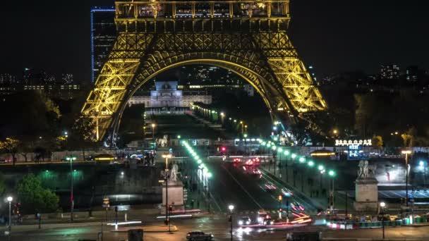 Paříž, Francie - 3. listopadu 2017: Působivé časosběrné Eiffelovu věž z tepané železné mříže a osvětlené s zlatá barva, s automobily pod ním v noci na podzim