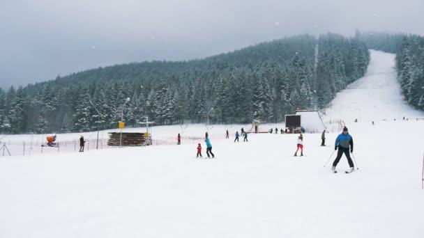 Zakopane, Polsko – 10. prosince 2018: veselý pohled na sportovní lyžaři směrem dolů v polských Tatrách, v zimě inslo-mo