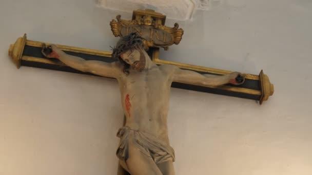 Brusel, Belgie – 1. dubna 2019: úchvatný pohled na ukřižovaného Ježíše Krista, který dramaticky stál na dřevěném kříži připevněných k bílé zdi v katedrále v Bruselu