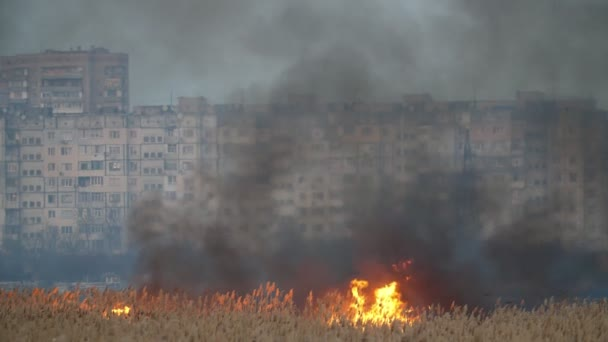 Dva horké body, jak se v Khersonovi krčí plamen, který hltá na dva tlusté proudy černého kouře a na jaře na řece Dnipro