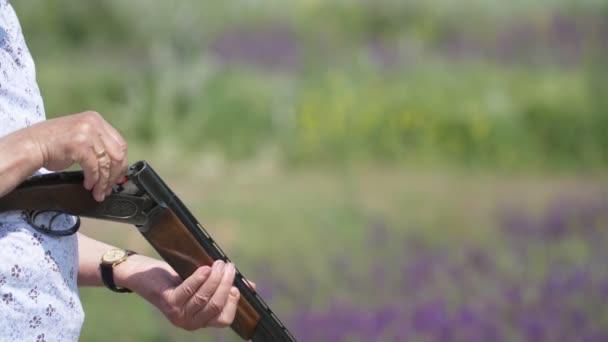 Öregember vesz egy esetben ki ő egy hordó puska és dobott el a slo-Mo lenyűgöző kilátás egy öregember újratöltése ő egy hordó puska. Eltörte, és kihúz egy üres töltényhüvely a zöld tartományban a slo-Mo