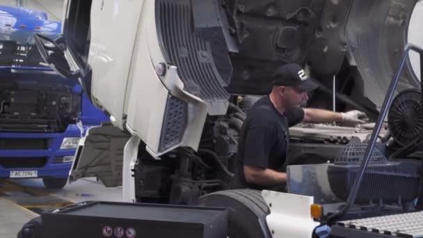 auto mechanik opravuje nákladní vůz