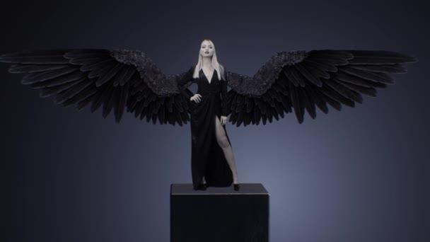 Krásná dívka v šatech s černými křídly