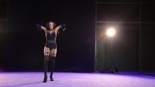 Táncoló lány harisnya fekete háttér