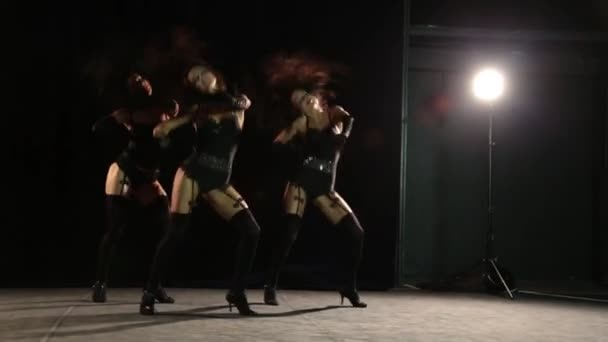 Táncoló lányok harisnya fekete háttér