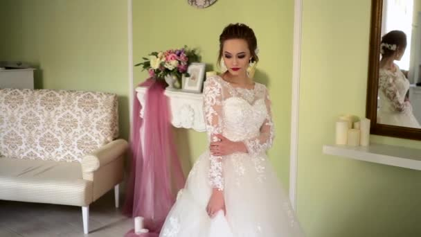 Reggel a menyasszony. Gyönyörű orosz fiatal menyasszony, esküvői ruha.