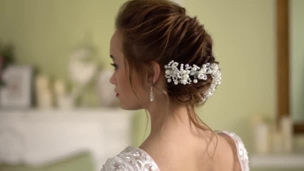 Nevěsty účes s výzdobou. Krásná nahá záda