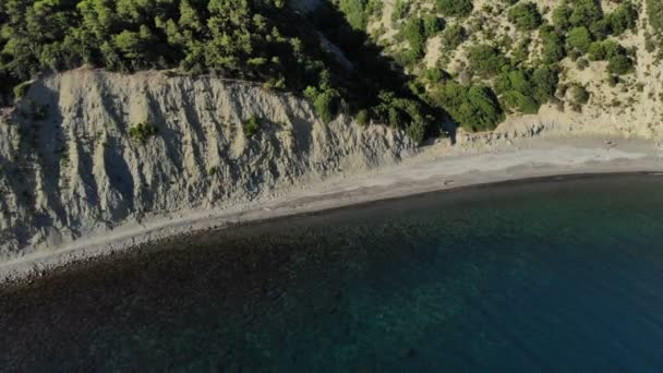 Vzdušný let se dron Dji krásné zelené hory a pláž s bílým pískem. 4k