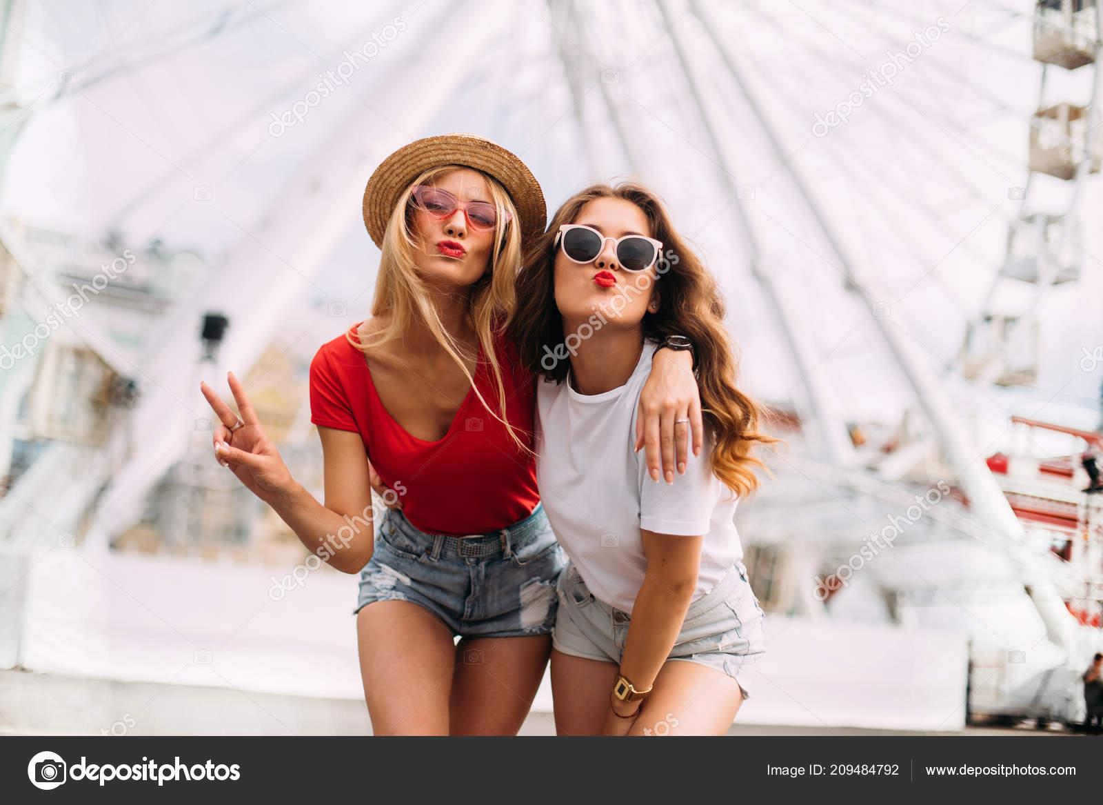 Feliz Stylishly Fun Que Chicas Vestidos Sonriendo Guapas Definitiva PkiXZu