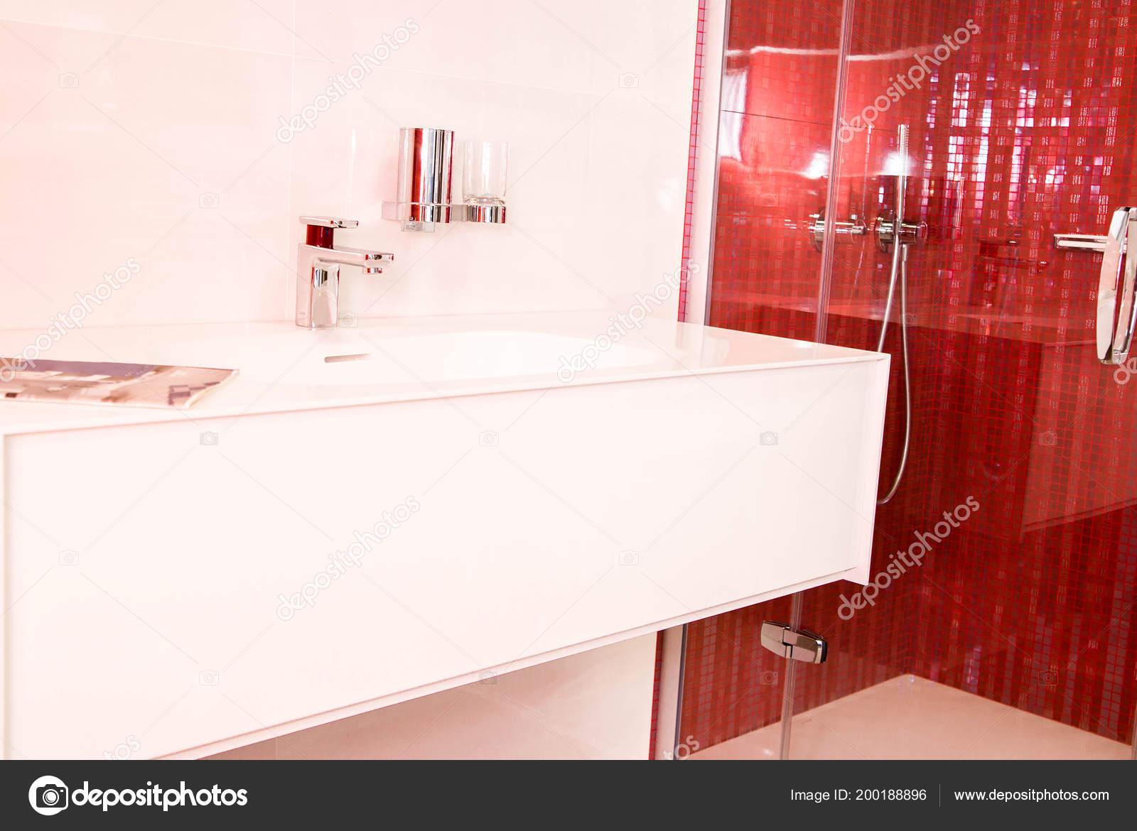 Foto bagni con piastrelle ceramica rossi u foto stock ribalka