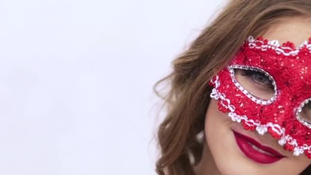 dívka v červené masky na bílém pozadí