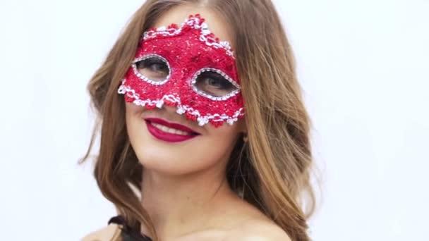 videó a lány a fehér alapon piros maszk