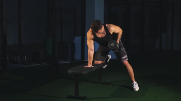 Svalnatý kulturista člověk dělá vykonává Stálý výběr s vzpírání činek v posilovně. Sport muž mladý fitness školení