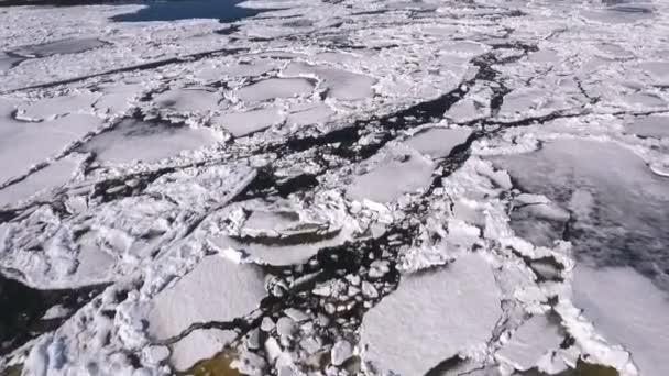 Letecký pohled na zamrzlé jezero. Ice z pohledu DRONY. Koncept texturu pozadí. Ledové kostky na moři. Krakované ledu textura. Pohled shora. Příroda zimní pozadí. Krásná zimní krajina v řece,
