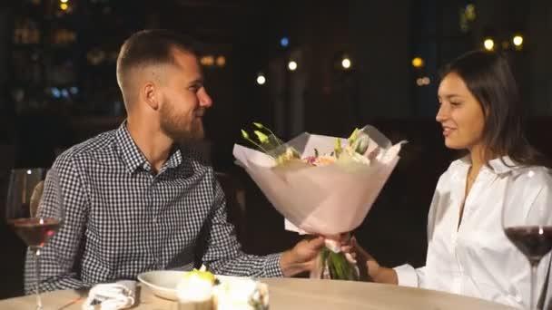 nádherný pár v lásce výměny dárků pro Valentines den, datum v kavárně