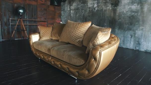 Elegantní syté lesklé zlaté kožené textury rozkládací židle, hnědá kůže pozadí