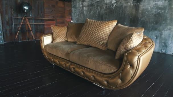 moderní zlaté kožená pohovka v podkroví