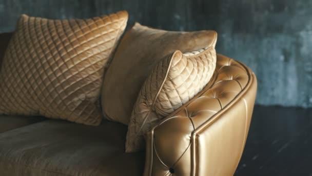 přírodní luxusní zlatá kožená pohovka s rhombs