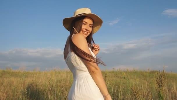 Krásná dáma model představuje v poli zlatou hodinu - venku natáčení