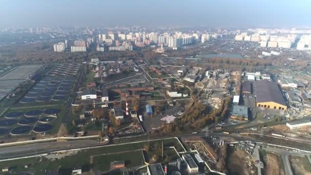 Letecký pohled na čistírny odpadních vod. Čistírna odpadních vod pro velké město z pohledu DRONY