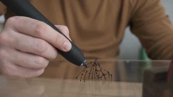 Hand der männlichen Zeichnung in seinem Atelier. Man Hand zeichnet mit 3D-Stift
