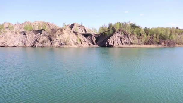 Velké modré jezero a úžasné oblačné nebe, statické video