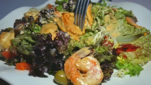 Zdravý salát, krevety, slávky, rajčata a hlávkový, detail.