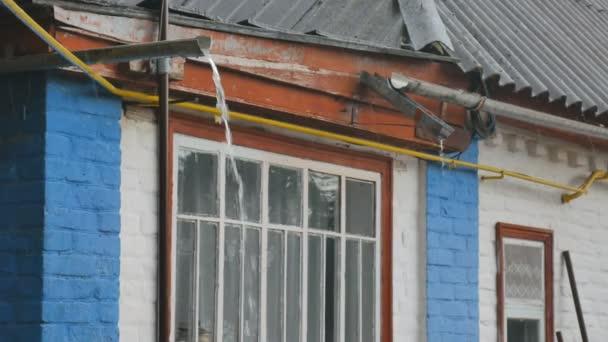 Déšť padá na starý dům zaplní dům okapy