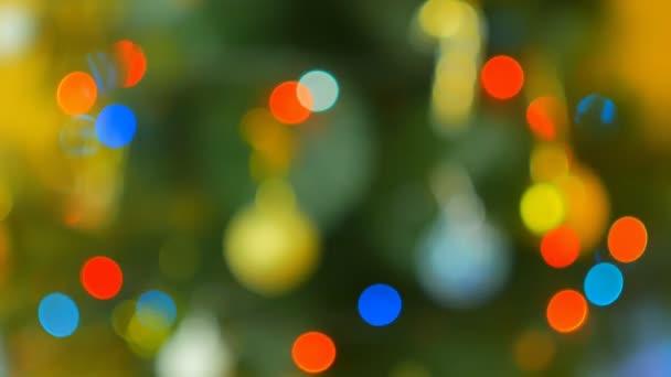 Vánoční strom s barevnými světly bokeh a vánoční... Vánoční a novoroční výzdobu. Abstraktní pozadí dovolená bokeh. Blikající věnec. Vánoční světýlka.