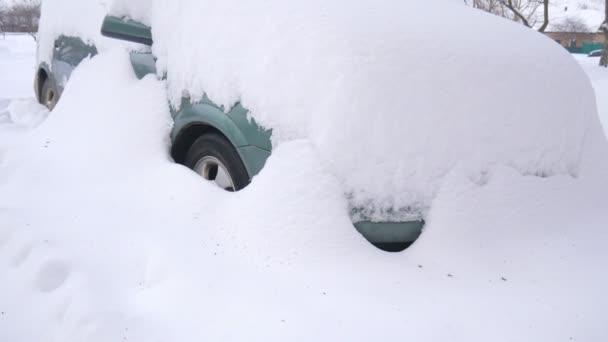 Auto, věčným sněhem, pod těžkou zimní bouře. Automobily ve dvoře pod sněhem.