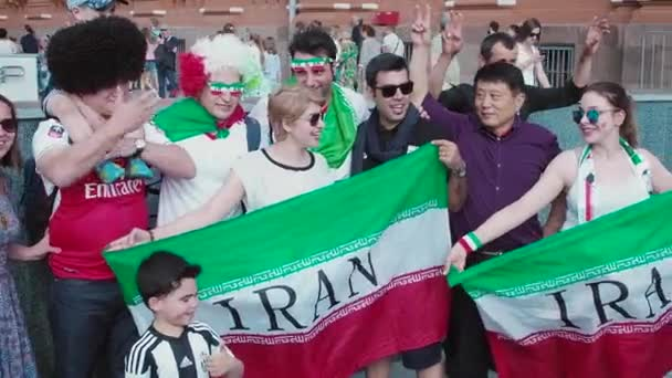 Rusko, Moskva - 17 červen 2018: Írán fotbal fanoušci užívat fotografie v Moskvě. Mistrovství světa ve fotbale