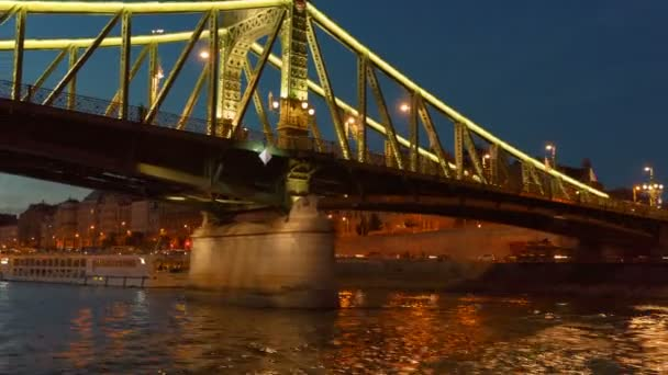 Budapest, circa 2018 - este lövés a szabadság-híd és a Duna Budapesten 19. században épült a millenniumi kiállítás